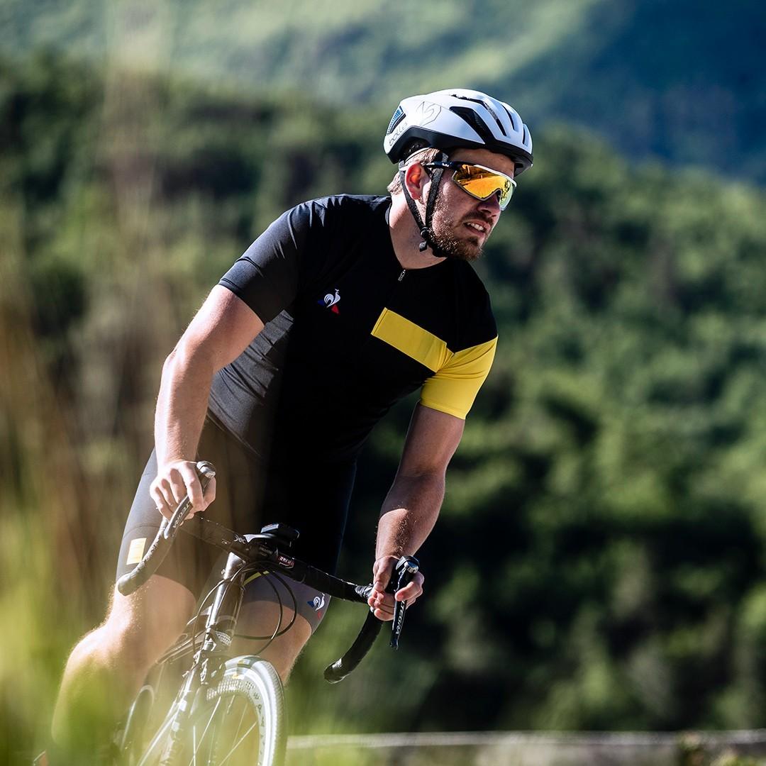Rennradfahrer mit klarer Sicht auf die Straße dank Schutz vor Wind, Staub und Sonne. Sportbrillen von Nosch.
