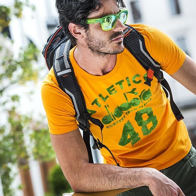 Schicke Sportsonnenbrille vom Optiker Nosch in Freiburg passend zum Outfit.