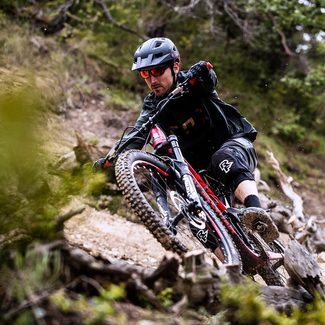 Mountainbiker-Brille schützt vor Spritzern und Ästen, um selbst bei schnellen und holprigen Abfahrten besten Überblick zu behalten.