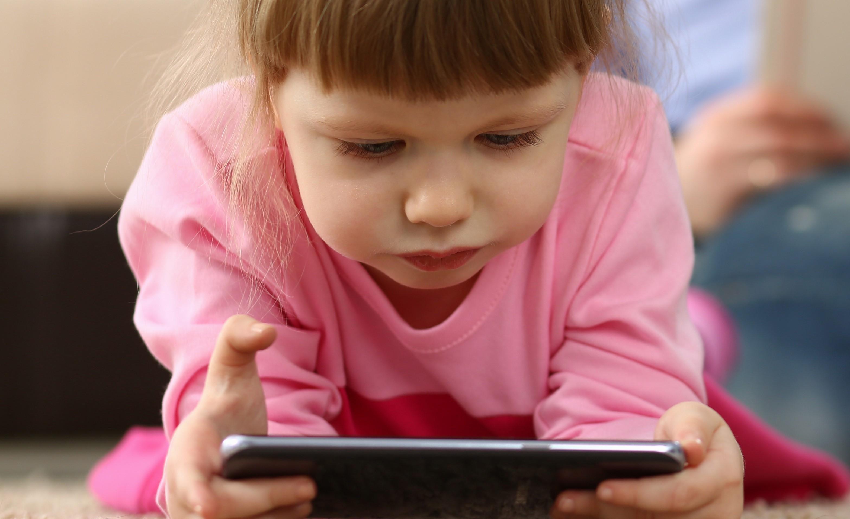 Zu viel konzentrierte Naharbeit mit digitalen Medien führt bei Kindern zur Kurzsichtigkeit.