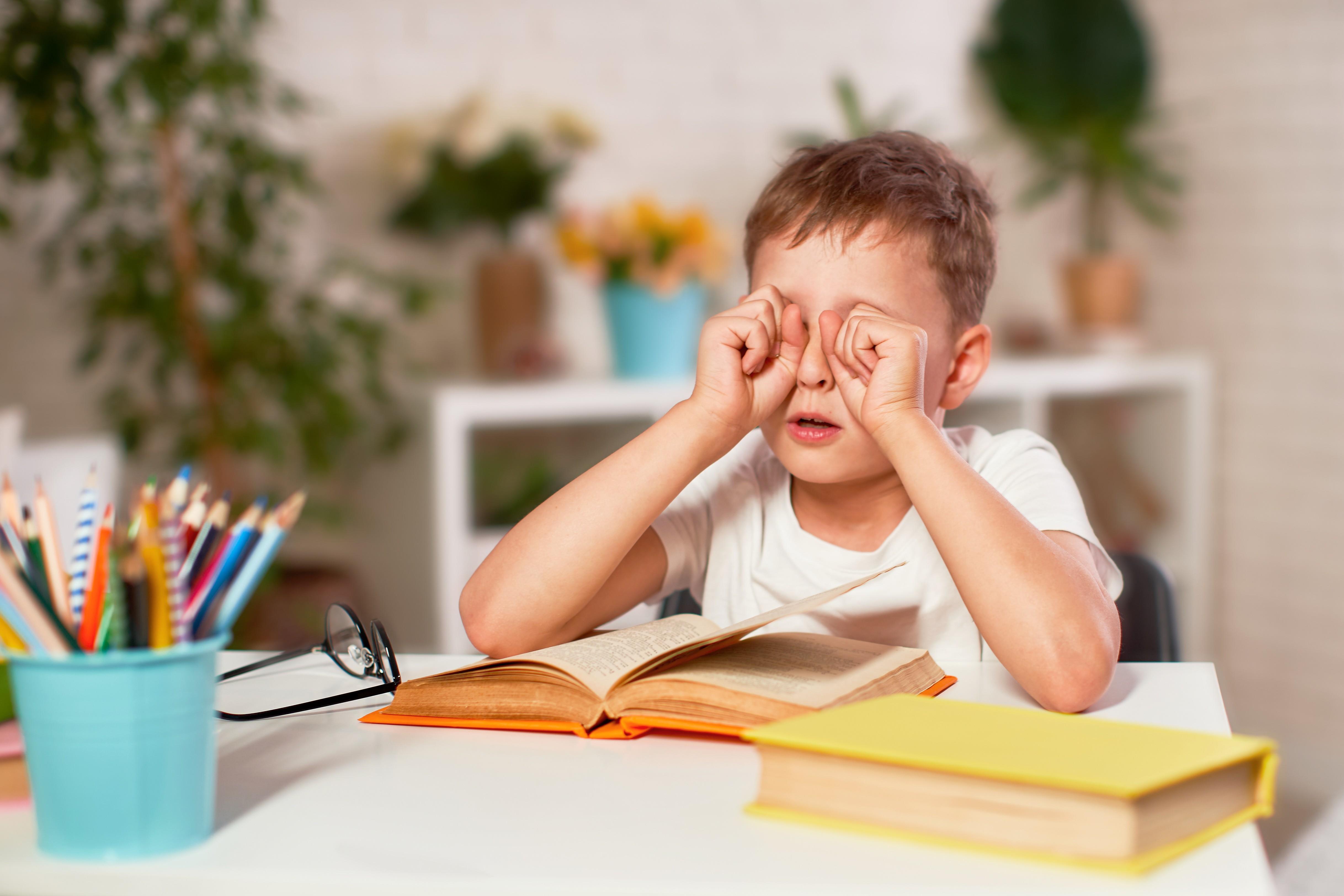 Kinder mit verschiedensten Anzeichen, wie z.b. regelmäßiges Augenkneifen brauchen eine Kinder-Brille