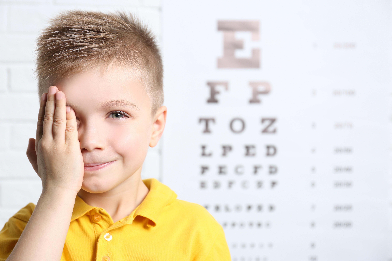 Sehtest beim Optiker Nosch in Freiburg, wachsende Kinder-Augen prüfen lassen.